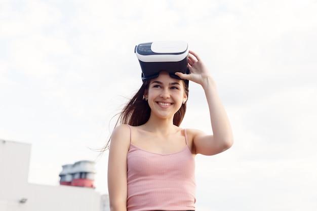 Koncepcja biznesu, technologii, vr, ludzi i stylu życia - zdumiona młoda piękna dziewczyna korzystająca z nowej technologii vr sprzęt vr na rynku niesamowite widoki na zestaw słuchawkowy oculus okulary wideo 3d zestaw słuchawkowy vr 360 wideo