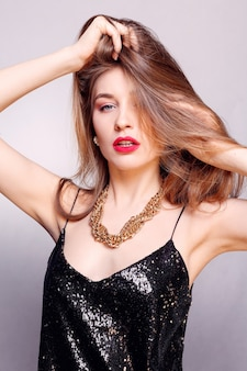 Koncepcja biżuterii, wakacji, luksusu i ludzi - piękna kobieca twarz o naturalnie doskonałej skórze