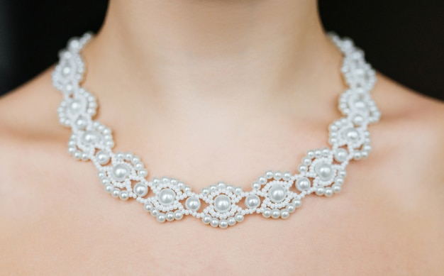 Koncepcja biżuterii. zbliżenie portret ślubna kolia na żeńskiej szyi