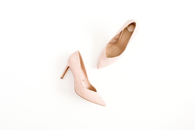 Koncepcja bloga mody. blado różowe damskie buty na obcasie na białym