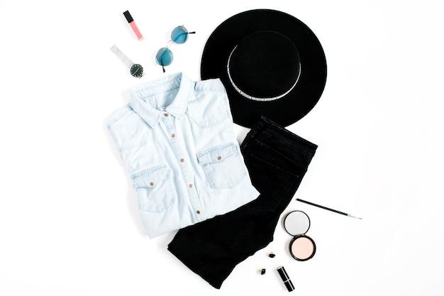 Koncepcja bloga piękności. kobieta ubrania i akcesoria: kapelusz, dżinsy, t-shirt, zegarki, okulary przeciwsłoneczne, trampki na białym tle. płaski świeckich, widok z góry modne tło kobiece moda.