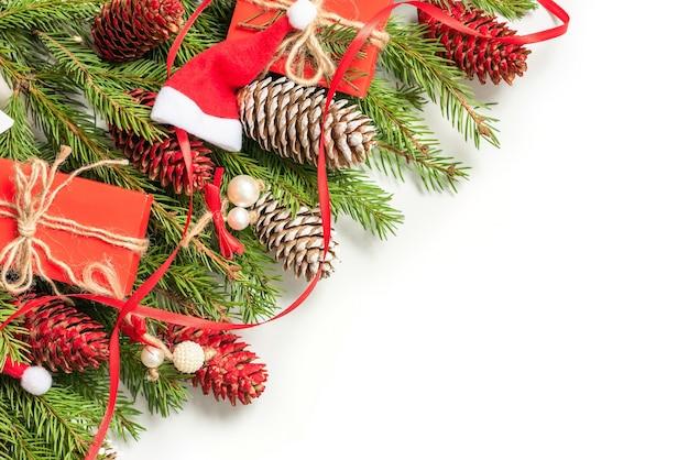 Koncepcja boże narodzenie dekoracje wykonane z gałęzi jodłowych i szyszek na na białym tle.