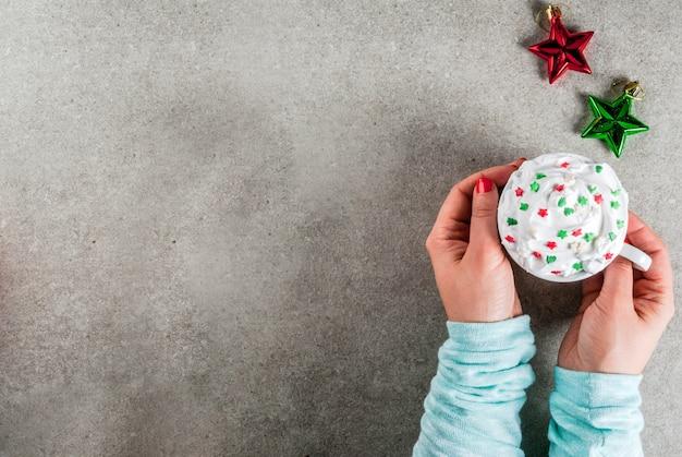 Koncepcja bożego narodzenia i nowego roku. dziewczyna pije kawę lub gorącą czekoladę