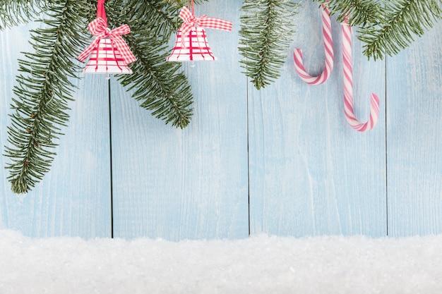 Koncepcja bożego narodzenia i nowego roku z bożonarodzeniowymi dzwoneczkami i cukierkami