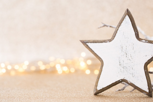 Koncepcja bożego narodzenia. świąteczna dekoracja na srebrnym tle bokeh. koncepcja nowego roku. skopiuj miejsce. leżał na płasko. widok z góry.