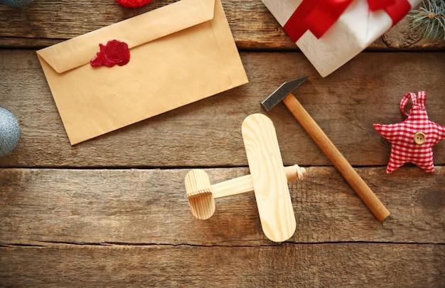 Koncepcja bożego narodzenia. zabawka, prezenty i dekoracje na drewnianym stole.