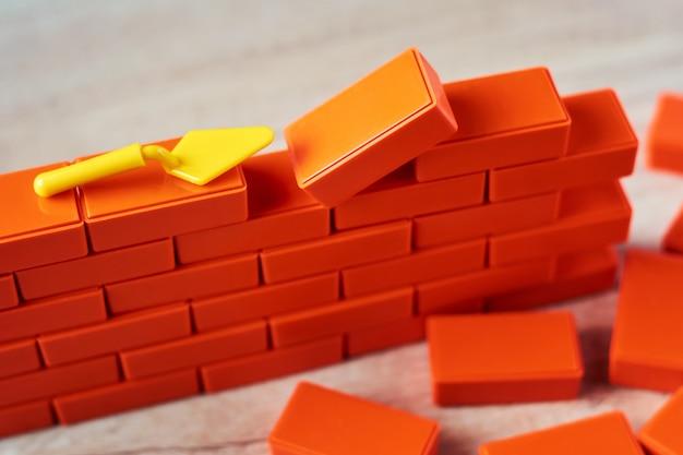 Koncepcja budowy. brickwork i budynek kielnia z bliska