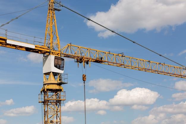 Koncepcja budynku niskiego: żuraw wieżowy przy budowie domku