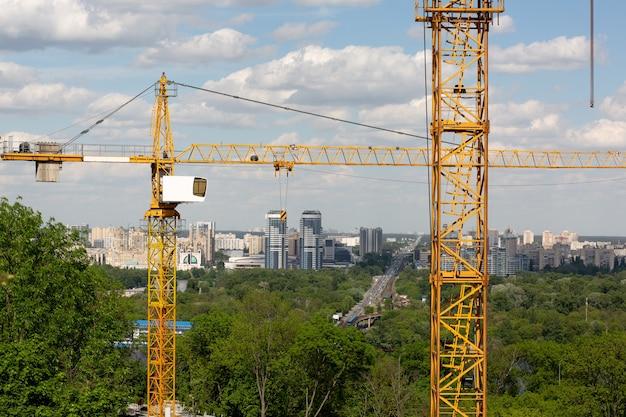 Koncepcja budynku niskiego: żurawie wieżowe przy budowie kamienicy