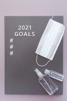 Koncepcja celów 2021 maska ochronna na twarz i butelki do dezynfekcji rąk