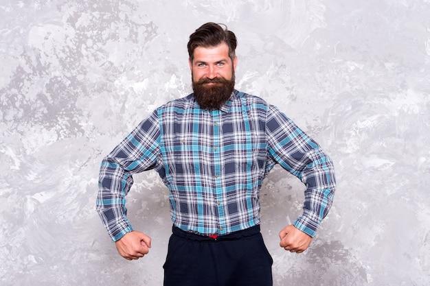 Koncepcja charyzmy. dbanie o zarost. pielęgnacja włosów. najlepszy kształt zarostu na twarzy. brodaty hipster brutalny facet. fajny, wyróżniający się fasonem brodę, który wybuja wybujały profesjonalizm i męskość.