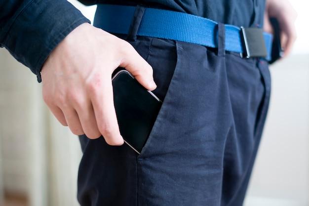 Koncepcja cleptomania, przestępca kradnie rzeczy i wkłada je do kieszeni