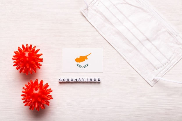 Koncepcja coronavirus covid, widok z góry, ochronna maska do oddychania i flaga cypru