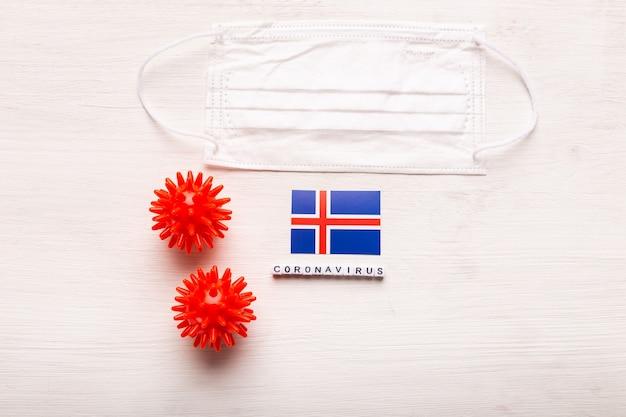 Koncepcja coronavirus covid, widok z góry, ochronna maska do oddychania i flaga islandii