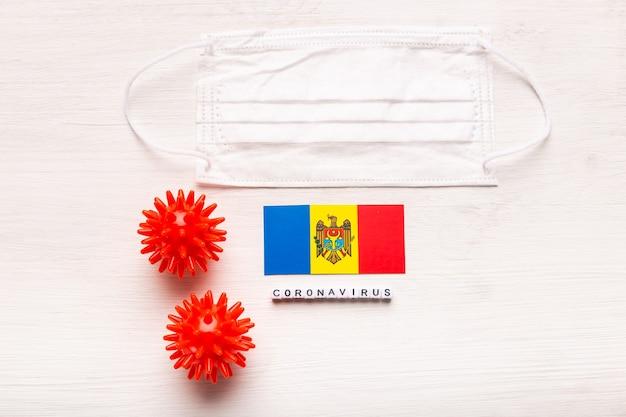 Koncepcja coronavirus covid, widok z góry, ochronna maska oddechowa i flaga mołdawii