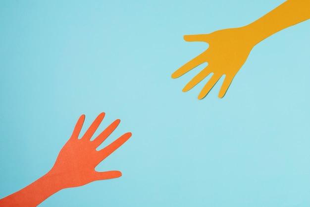 Koncepcja covid z rękami i niebieskim tłem