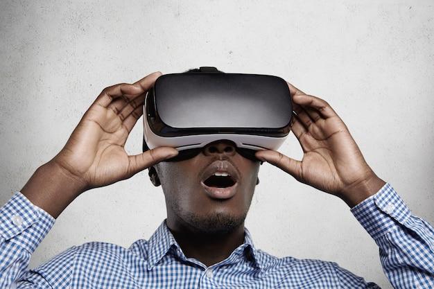 Koncepcja cyberprzestrzeni, technologii i rozrywki.