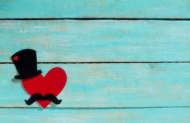 Koncepcja czarny kapelusz, wąsy i czerwone serce na dzień ojca