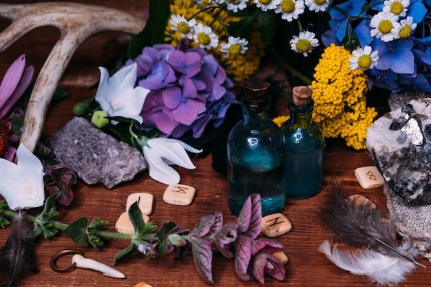 Koncepcja czarów z miksturami, ziołami i okultystycznym wyposażeniem
