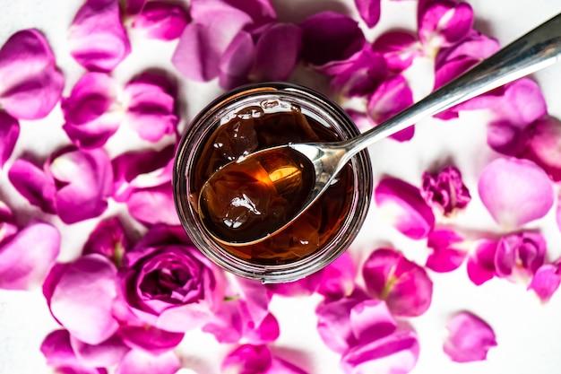 Koncepcja czas na herbatę z dżemem z płatków róży