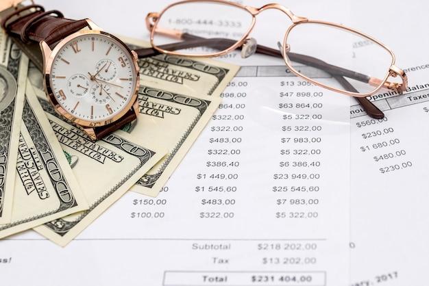 """Koncepcja """"czas na zakup"""", pieniądze i zegarek"""