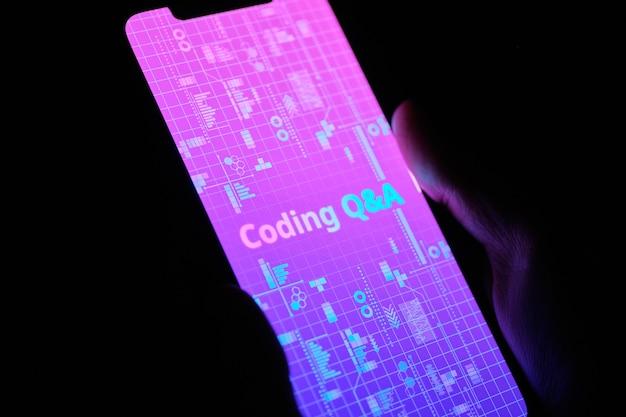 Koncepcja często zadawane pytania dotyczące języka programowania i odpowiedzi na wyświetlaczu smartfona.