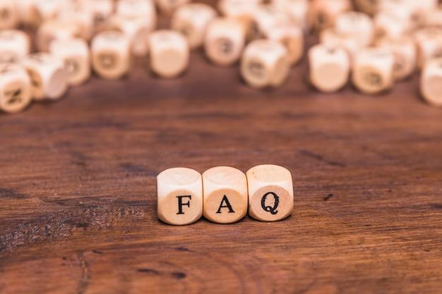 Koncepcja często zadawanych pytań wykonana z drewnianych klocków