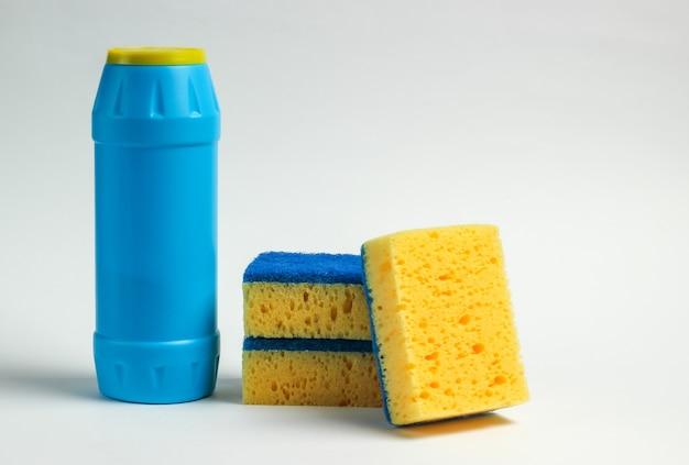 Koncepcja czyszczenia. butelki na detergent, gąbki na białym tle