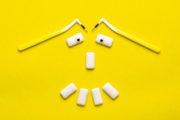 Koncepcja czyszczenia szelek z zabawnymi poduszkami gum do żucia w kształcie uśmiechu.