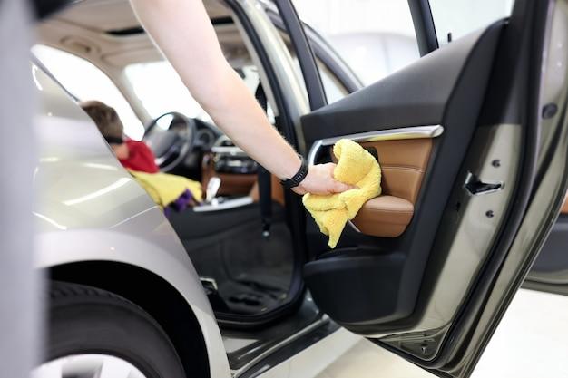 Koncepcja czyszczenia wnętrza samochodu i klamek drzwiowych, myjnia samochodowa