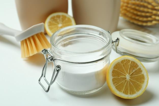 Koncepcja czyszczenia z przyjaznymi dla środowiska narzędziami do czyszczenia na białym tle