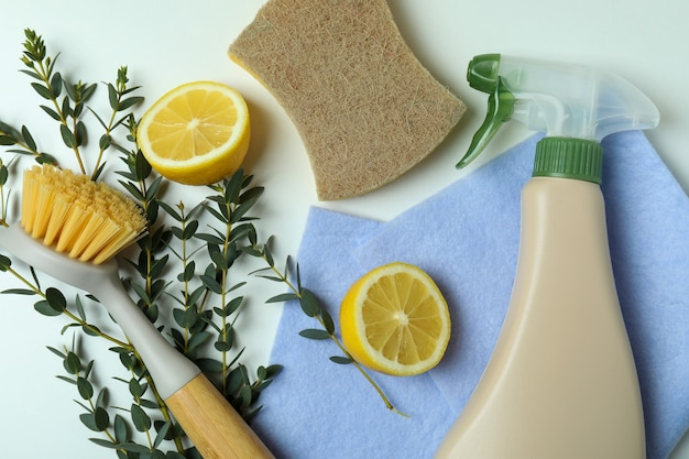 Koncepcja czyszczenia z przyjaznymi dla środowiska narzędziami do czyszczenia na na białym tle
