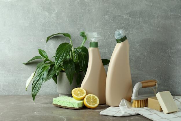 Koncepcja czyszczenia z przyjaznymi dla środowiska narzędziami do czyszczenia na szarym stole z teksturą