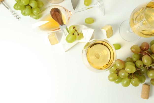 Koncepcja degustacji białego wina na białym tle