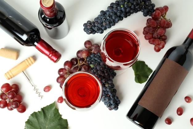Koncepcja degustacji czerwonego wina na białym tle