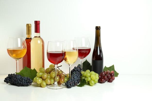 Koncepcja degustacji innego wina na białym stole