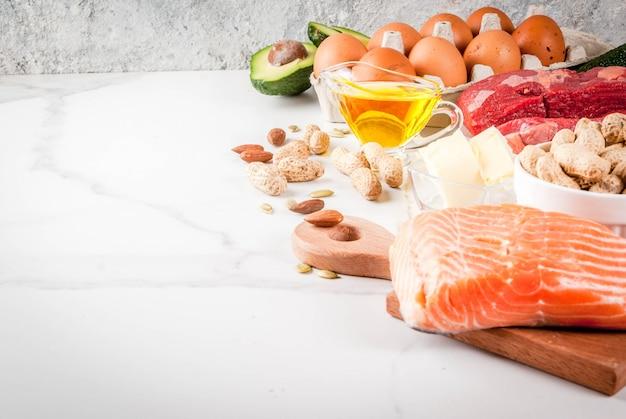Koncepcja diety ketogenicznej o niskiej zawartości węglowodanów. zdrowa, zrównoważona żywność z wysoką zawartością zdrowych tłuszczów. dieta dla serca i naczyń krwionośnych