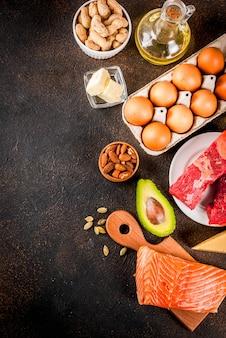 Koncepcja diety ketogenicznej o niskiej zawartości węglowodanów. zdrowa, zrównoważona żywność z wysoką zawartością zdrowych tłuszczów.