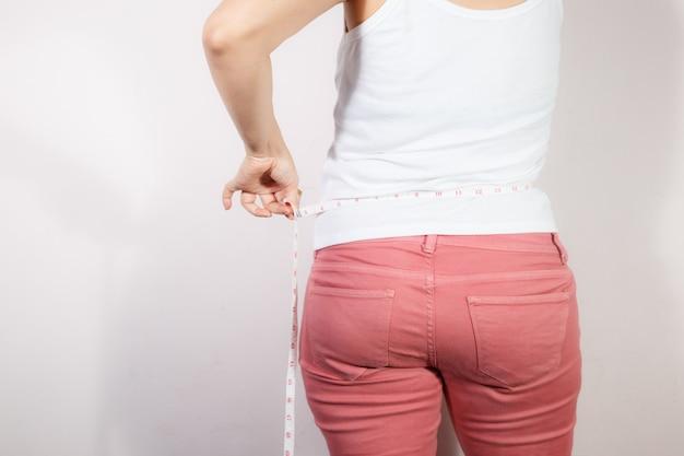 Koncepcja diety kobieta dieta, aby zmniejszyć brzuch i kształtować zdrowe mięśnie brzucha.
