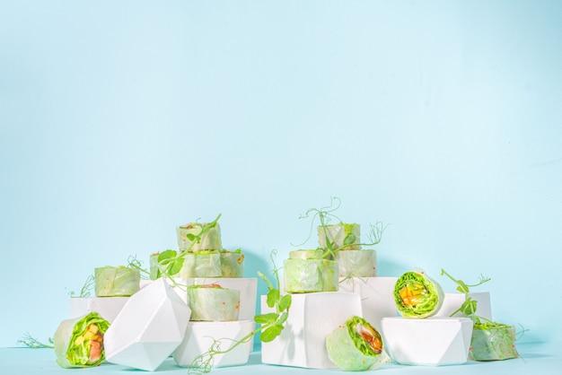 Koncepcja diety śródziemnomorskiej, nordyckiej i ketonowej. sushi bez ryżu, dietetyczne jedzenie z owocami morza, warzywa.