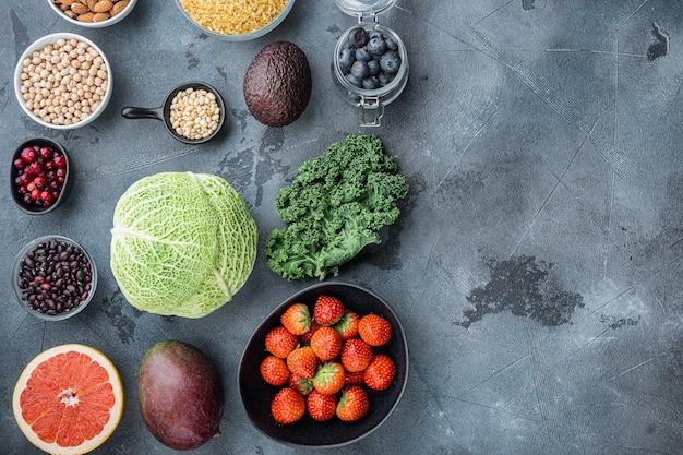 Koncepcja diety superfoods, widok z góry, na szarym stole.