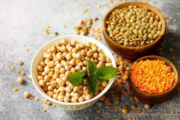 Koncepcja diety zdrowej żywności wegańskie źródło białka surowa ciecierzyca z roślin strączkowych