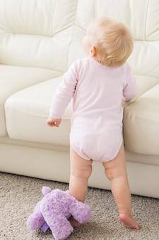 Koncepcja dla niemowląt i dzieciństwa dzieci bawi się piękne uśmiechnięte dziecko