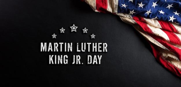 Koncepcja dnia martina luthera kinga. amerykańska flaga na czarnym tle drewnianych