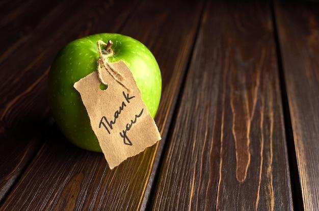 Koncepcja dnia nauczyciela, zielone jabłko