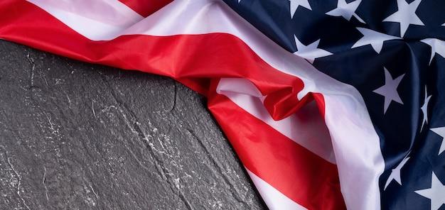 Koncepcja dnia niepodległości stanów zjednoczonych lub dnia pamięci. flaga narodowa na ciemnym tle tabeli łupków.