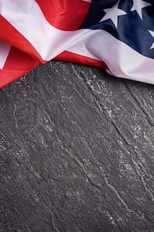Koncepcja dnia niepodległości usa lub dnia pamięci. flaga narodowa na ciemnym tle tabeli łupków.