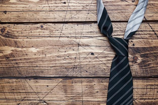 Koncepcja dnia ojca. pasiasty krawat na drewnianym tle z kopii przestrzenią.