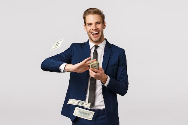 Koncepcja dochodu, finansów i sukcesu. bogaty, bogaty biznesmen podpisał wielką umowę z firmą i świętował, trzymając pieniądze, rzucając gotówką w powietrze i uśmiechając się