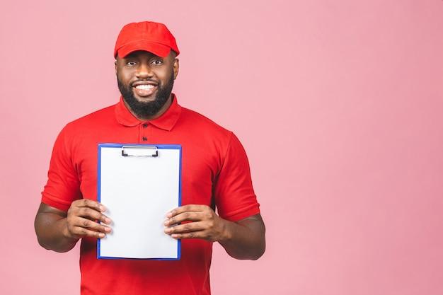 Koncepcja dostawy. afroamerykanin dostawy mężczyzna przedstawiający formularz odbioru